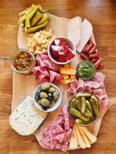 Charcuterie Board - klassisches Brotzeitbrettl - Fashion Kitchen - Peta L. Charcuterie Board Meats, Charcuterie Spread, Charcuterie Plate, Snack Platter, Easy Thanksgiving Recipes, Veggie Snacks, Cheese Appetizers, Food Platters, Appetizers
