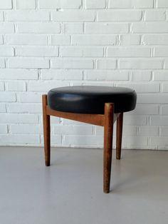 vintage tisch kleiner beistelltisch dreibein. Black Bedroom Furniture Sets. Home Design Ideas