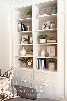 Styling Bookshelves, Decorating Bookshelves, Bookshelf Design, Bookcases, Built In Shelves Living Room, Books On Shelves, Bookshelf Built In, Painting Bookshelf, Living Room Shelf Decor