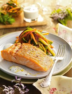 Salmón con verduras - Always in Health Healthy Crockpot Recipes, Healthy Dinner Recipes, Diet Recipes, Vegetarian Recipes, Coliflower Recipes, Man Food, Salmon Recipes, Salmon Food, Food Videos
