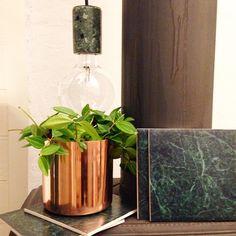 KOLLA IN! Sprillans ny kakeldekor med bild av grön marmor och kruka i koppar - nu på lagerhaus.se  (även den gröna marmorlampan är åter i lager.)