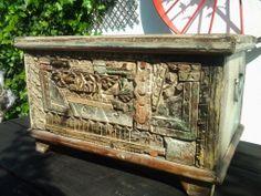 Antiguo baul tallado