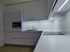 Farebná kuchynská zástena z  kaleného bezpečnostného skla.