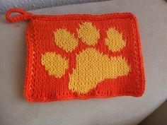 Double knitted potholder. Pattern: http://www.ravelry.com/patterns/library/katzenpfote---cats-paw