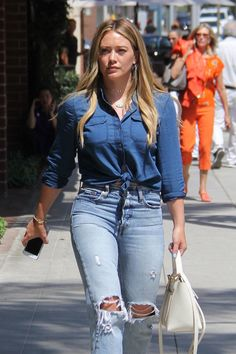Paparazzi : HILARY DUFF in Ripped Jeans Out and About à Beverly Hills 28/07/2017