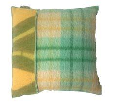 kussen bekleed met wollen dekens in oker/mintgroen. Dit kussen is verschillend aan de voor en achterzijde en heeft een veren binnenkussen. Afmeting 48-48 cm