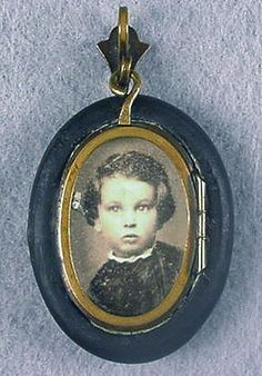 Victorian Mourning Locket ~ notice that the locket opens backwards. Victorian Jewelry, Victorian Era, Antique Jewelry, Vintage Jewelry, Post Mortem Pictures, Mourning Dress, Lovers Eyes, Post Mortem Photography, Miniature Portraits
