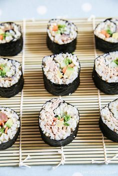 Sushi, my favorite lunch option! Healthy Dishes, Savoury Dishes, Healthy Cooking, Yummy Eats, Yummy Food, Sushi Roll Recipes, Cute Food, Creative Food, Seafood Recipes