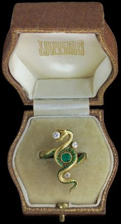 It looks positively Slytherin Art Nouveau Snake Ring, French, Circa Gold, Enamel, Emerald and Diamond. Bijoux Art Nouveau, Art Nouveau Jewelry, Jewelry Art, Jewelry Rings, Fine Jewelry, Jewelry Design, Fashion Jewelry, Art Nouveau Ring, Photo Jewelry