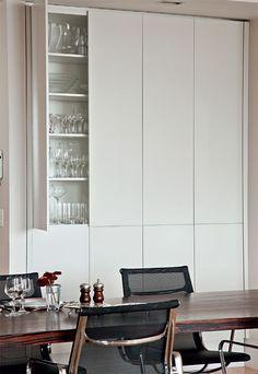 Sala de jantar com armário embutido , discreto, para copos e taças.