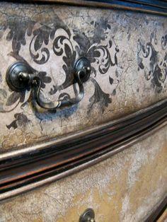 Mezclar técnicas de pintura decorativa enriquece los acabados, porque el mueble en conjunto se ve aligerado de motivos y cobra interés evitando la monotonía de la repetición. Una buena combinación es la de #craquelado y #stencil http://tintura.es
