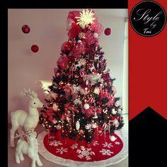 Arbol navideño decorado rojo y blanco , concepto copos de nieve