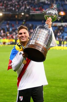 Juan Fernando Quintero of River Plate celebrates with the Copa. Soccer Academy, Academy Logo, Carp, Messi, Plates, Instagram, Pictures, Madrid, Soccer