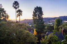 Diese fantastische Aussicht erwartet Fiona, als sie in Jacks Haus in Pasadena in den Patio geht.