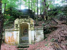 Kaplička v lese u Rynartic - severní Čechy
