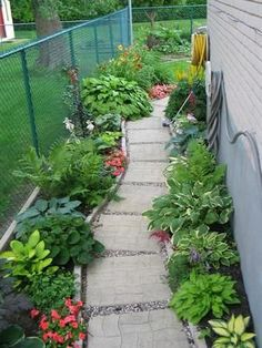 The area between two houses is often somewhat neglected but it does not have to be like this.