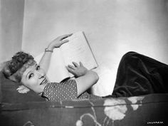 CL: 311 / Greer Garson -Studying her script for Goodbye, Mr. Classic Actresses, British Actresses, Classic Films, Actors & Actresses, Hollywood Stars, Classic Hollywood, Old Hollywood, Hollywood Glamour, Best Actress Award