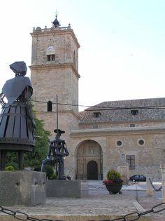 En el Toboso (Toledo) se encuentra la casa de Aldonza Lorenzo, que inspiró la Dulcinea de Cervantes, y la iglesia parroquial de San Antonio Abad, la misma con la que aquel personaje se golpeó en plena noche.