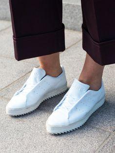 Bestes Beispiel für einen schlichten, schlanken Sneaker: Der Adidas Point Court.
