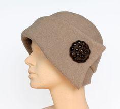 Dieser Damenhut ist aus 100%iger Schurwolle genäht. Das Kopfteil besteht aus drei Schnittteilen. Die asymmetrische Krempe ist hinten ca. 3cm und auf d