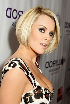 Best Screen Jenny McCarthy Graduated Bob Haircuts Concepts Who developed the Bob hairstyle? Bob has been major the group of development hairstyles for decades. Blonde Graduated Bob, Graduated Bob Hairstyles, Choppy Bob Hairstyles, Hairstyles With Bangs, Layered Hairstyles, Cute Bob Haircuts, Asymmetrical Bob Haircuts, Bob Haircut With Bangs, Jenny Mccarthy
