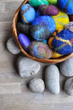 Gevilte stenen zijn decoratief op de vensterbank of seizoenstafel. Daarnaast zijn ze een mooie aanvulling op het speelgoed. Stapel ze tot torens of gebruik...