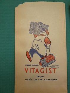 "papieren zakje met reclame opdruk - ""in elke koffer VITAGIST tegen lucht-, zee- en wagenziekte"" - verpakkingsmateriaal"
