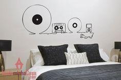 Quem ouve música ha mais tempo já experimentou diversas mídias. Esse adesivo, feito em desenho com traços simples, mostra diversas formas de ouvir um som como vinil, fita cassete e iPod. O importante é curtir uma canção agradável. Uma forma inteligente e inovadora para decorar a sala de música.