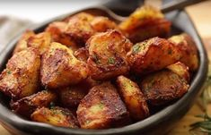 This is the trick to make roasted potatoes more crispy potato al horno asadas fritas recetas diet diet plan diet recipes recipes Crispy Roast Potatoes, Potatoes In Oven, Baked Potato Oven, Potato Crisps, Baked Potatoes, Potato Dishes, Potato Recipes, Vegetable Recipes, Potato Ideas