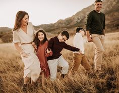 Fall Family Picture Outfits, Family Photo Colors, Winter Family Photos, Fall Family Portraits, Family Portrait Poses, Family Outfits, Family Posing, Family Portrait Outfits, Family Pics