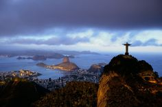 YannArthusBertrand2.org - Fond d écran gratuit à télécharger || Download free wallpaper - Le Corcovado surplombant la ville de Rio de Janeiro, Brésil (22°57' S - 43°13' O).