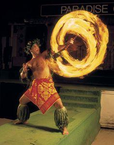 No Hawaiian vacation complete without going to a luau.party on! Samoan Dance, Polynesian Dance, Polynesian Culture, Samoan Men, Aloha Hawaii, Hawaii Fire, Maui Luau, Fire Dancer, Hawaii Homes