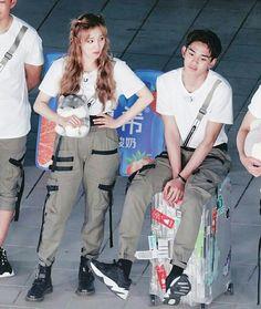 Lucas e yuqi Running Gif, Keep Running, Kpop Girl Groups, Kpop Girls, Boy Groups, Lucas Nct, K Pop, Xiuchen, Kpop Couples