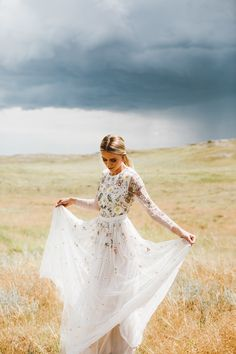 Long sleeved wedding dresses continue to be on trend for brides. These 13 real brides wore long sleeved wedding dresses in a super stylish way. Long Sleeve Wedding, Wedding Dress Sleeves, Bridal Gowns, Wedding Gowns, Wedding Arbors, Wedding Cake, Lace Wedding, Wyoming, Western Wedding Dresses