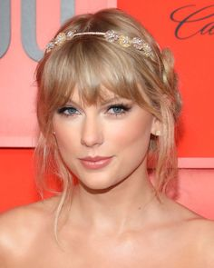 Here, we present 10 makeup looks that go perfectly with any kind of red dress. From monochromatic lips to champagne lids and silver liner. Silver Eyeliner, Black Eyeliner, Elizabeth Arden Eye, Red Dress Makeup, Eyeliner Flick, Stila Glitter And Glow, Edgy Makeup, Taylor Swift Pictures, Cream Blush