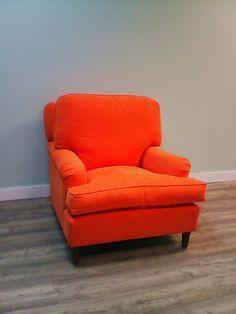 Butaca con cojin grande es respaldo en color naranja.