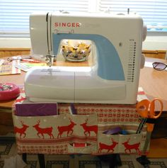 For my swap along partner Solitary Cricket I made a sewing organizer mat. With Scandinavian style fabric.