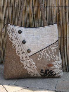 Jute crafts: 29 ideas for at home - Patchwork Bags, Quilted Bag, Crazy Patchwork, Patchwork Pillow, Bag Quilt, Jute Bags, Bag Patterns To Sew, Handbag Patterns, Denim Bag
