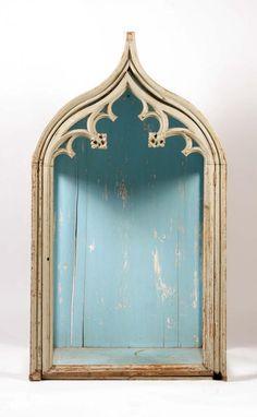 Nis  18e eeuws beschilderde nis met gotisch steekwerk 140 hoog 78 breed  Taxatie 100 - 200 euro.