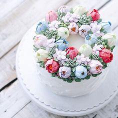 bolo azul, rosa, branco e vermelho decorado com flores feitas com buttercream estilo flower cake by iven oven.