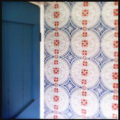 Beautiful authentic Swedish wallpaper in our farmhouse Swedish Wallpaper, Scandinavian Countries, Scandinavian Interior, Beautiful Interiors, Chinoiserie, Textures Patterns, Fabric Design, Folk Art, Hand Painted
