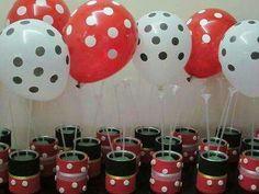Sencillos centros de mesa hechos con latas recicladas y globos para un cumpleaños temático de Mickey Mouse
