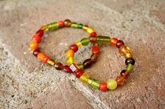 As crianças podem fazer pulseiras com miçangas e entregar de presente no dia dos professores