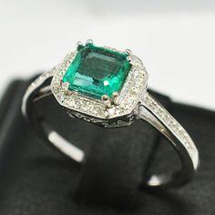 Gouden ring met natuurlijke emerald en 44 diamanten  Ring gemaakt van 18 kt wit goud.Centrale emerald: 084 ct.Gewicht van goud: 281 g.44 natuurlijke diamanten op de zijkanten 007 mm x 030 ct in totaal G kleur SI duidelijkheid.Ring van grootte: 12 (Italië) binnendiameter: 1650 mm.Smaragd: 600 x 577 mm.Het is een zeer gangbare praktijk voor de behandeling van edelstenen om hun helderheid of kleur te verbeteren. Het item in kwestie is in dit opzicht niet getest.Verzekerde verzendkosten met…