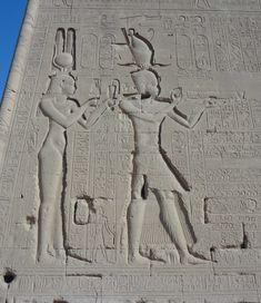 Relieves representando a CLEOPATRA VII, última reina de Egipto, con su hijo Cesarión cuyo padre fue el emperador romano Julio Cesar. TEMPLO HATHOR EN DENDERA. Epoca Ptolemaica.