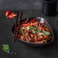 🍴Rýžové nudle s kuřecím masem recept – rychle, zdravě a jednoduše 🍴 Jimezdrave.cz Kung Pao Chicken, Japchae, Ethnic Recipes, Opposites Attract, Red Peppers