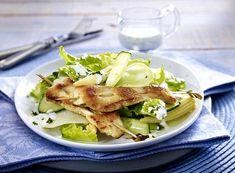 Unser beliebtes Rezept für Hähnchenspieß auf buntem Gartensalat mit Kräuter-Schmand-Dressing und mehr als 55.000 weitere kostenlose Rezepte auf LECKER.de.