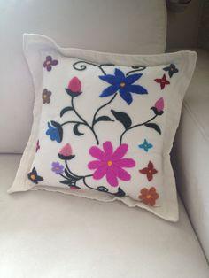 Cojin de manta y flores bordadas a mano por MachihuicChiwane                                                                                                                                                                                 Más Cushion Embroidery, Hand Work Embroidery, Wool Embroidery, Embroidered Cushions, Simple Embroidery, Hand Embroidery Stitches, Machine Embroidery Designs, Handmade Pillows, Decorative Pillows