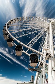 The Seattle Great Wheel, a tall Ferris wheel on the Seattle waterfront. Seattle Waterfront, Seattle City, Seattle Area, Seattle Photography, City Photography, Cool Places To Visit, Places To Go, Seattle Travel Guide, Seattle Pictures