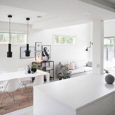 Artekin mustat A331 valaisimet ruokapöydän yllä tuovat kivaa ryhtiä ja kontrastia tähän valon täyttämään sisustukseen.